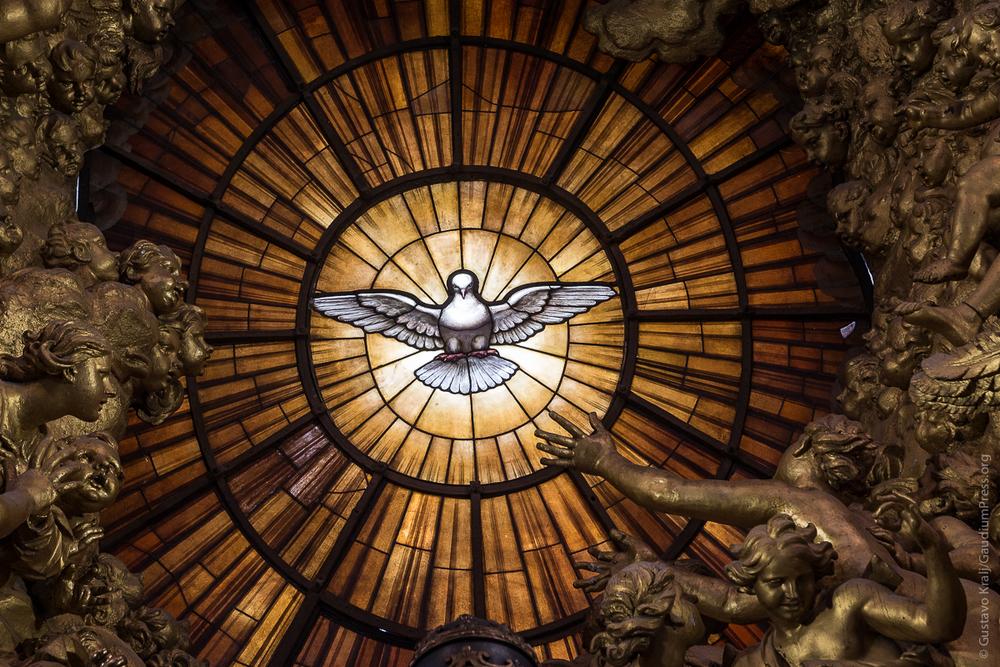 Roma: Vitral del Espíritu Santo. Baslilica de San Pedro. Foto: Gustavo Kralj/GaudiumpressImages.com