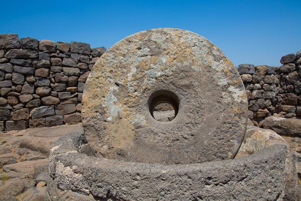 Piedra de moler. Ruinas de Corozaim, Terra Santa. Foto: Gustavo Kralj/GaudiumpressImages.com