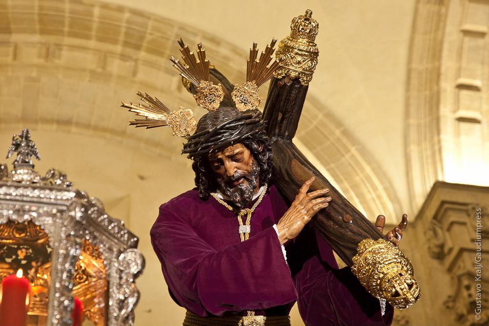 """""""El que quiera venir detrás de mí, que renuncie a sí mismo, que cargue con su cruz cada día y me siga"""" Sevilla - Foto: Gustavo Kralj/GaudiumpressImages.com"""
