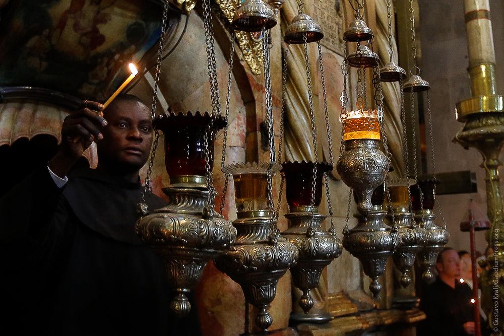 Jerusalem, Tierra Santa: Un Franciscano mantiene las lamparas de aceite del Santo Sepulcro. Foto: Gustavo Kralj/Gaudiumpressimages.com