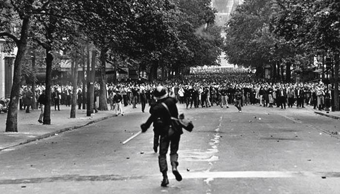 Un policía antidisturbios enfrenta a los manifestantes en el Boulevard Saint-Germai. Según algunos espíritus optimistas, las ideas de Mayo del 68 no alcanzarían los objetivos reflejados en los eslóganes (Foto: Reproduccion)