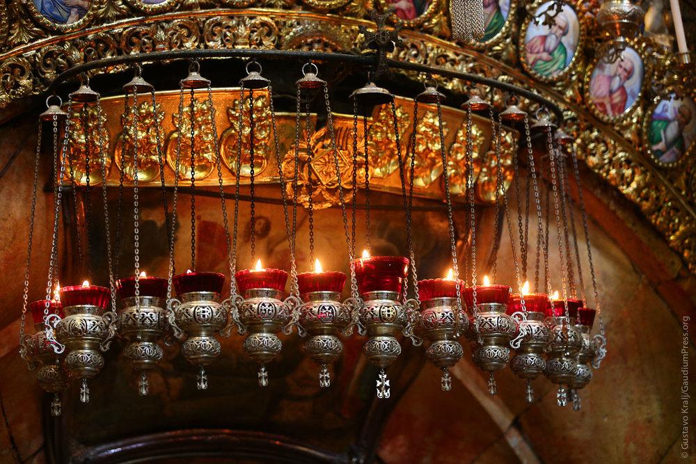 Tierra Santa: Lámparas de Aceite de la fachada del Santo Sepulcro, Jerusalem. Foto: Gustavo Kralj/GaudiumpressImages.com
