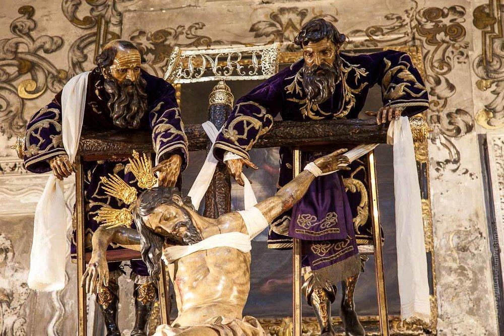 Sevilla, España: NIcodemo y José de Arimatea descienden el Cuerpo de Jesús. Foto: Gustavo Kralj/GaudiumpressImages.com