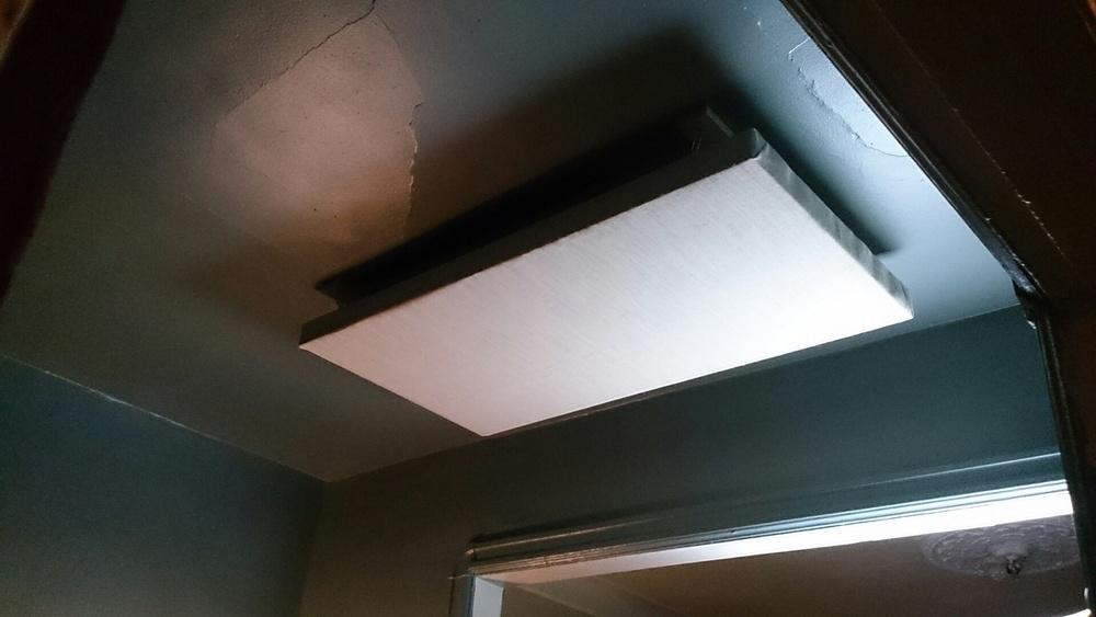 Panneau 2' x 4' placé au plafond.