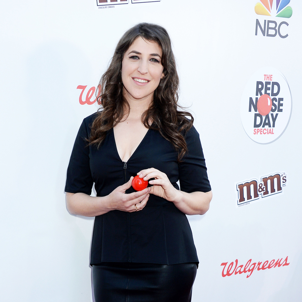 Mayim Bialik wearing our Amare Ring in 14K Plated Rose Gold at the Red Nose Day Special on NBC.  Styled by Adena Rohatiner.