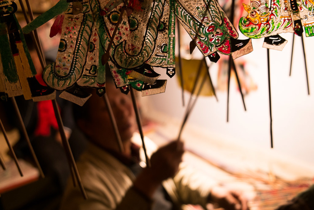 Zhang Shimin preparing the puppets