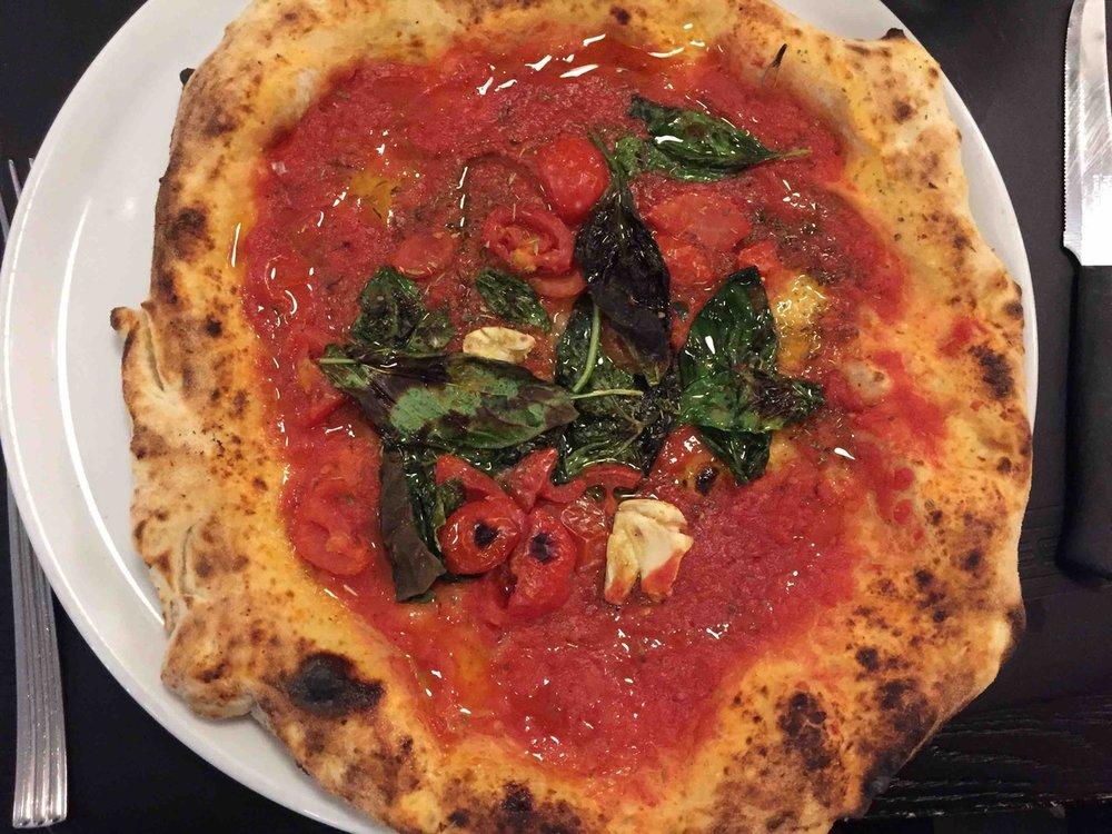 Pizza alla marinara, Trattoria Fresco, Naples.jpg
