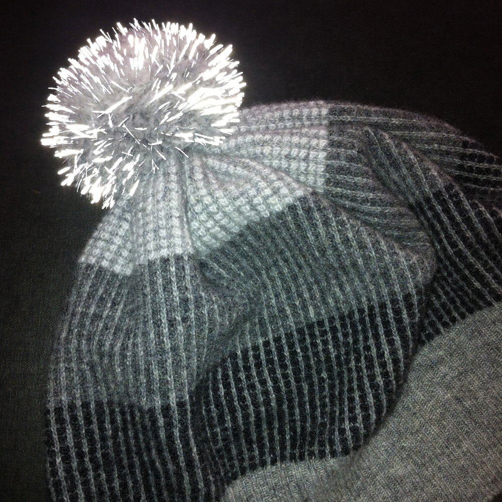 Reflective pom pom hat, made with finest wool