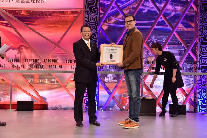 广汽集团总经理冯兴亚先生与Saphlux联合创始人兼首席执行官陈辰在财富全球论坛主讲台上