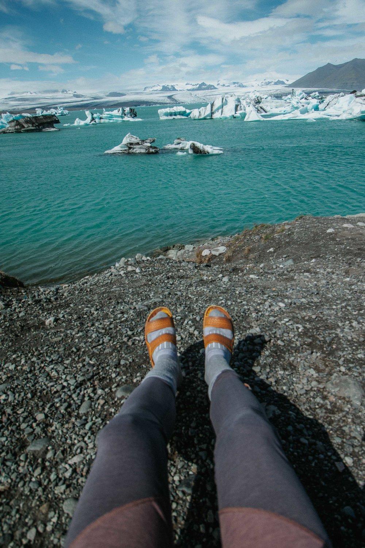 Marie-Eve s'est aussi assise pour contempler Jökulsárlón dans ses leggings KUSTIBA.  Vous avez envie de tout savoir sur les randonnées de Marie-Eve en Islande? Elle a créé un guide ici (anglais):  http://theminimule.com/iceland .  Magasinez la robe SELIMUT, les leggings KUSTIBA et notre collection automne/hiver 2017 chez nos détaillants. Voyez la liste  ici .