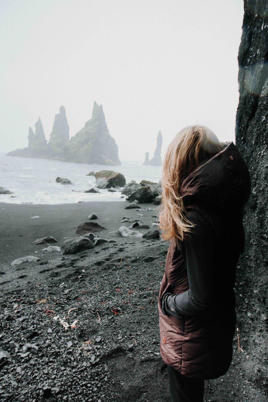 Nous avons demandé à Marie-Eve Bilodeau du populaire guide de randonnée The Mini Mule de tester notre robe isolée en duvet SELIMUT lors de son dernier voyage en Islande. Non seulement est-elle revenue avec de magnifiques photos, elle a aussi un truc pour nous.  Fan de sport, Marie-Eve a lancé son guide de randonnée afin d'inspirer les gens à vivre dehors et à prendre d'assaut les montagnes. Née au Québec, elle vit maintenant à Canmore en Alberta et un petit aperçu de son compte Instagram  @miniuii  montrant ses plus belles randonnées dans les Rocheuses suffit à comprendre pourquoi.  Elle a testé la robe SELIMUT, un incontournable de notre collection d'automne 2017. Nous l'avons conçue pour procurer confort, chaleur et protection optimale grâce à son duvet de grande qualité ainsi qu'à son tissu technique coupe-vent et déperlant. Elle est composée de duvet de canard blanc 80/20, ensaché en nylon – 600 FP.   Elle l'utilise jour et nuit   Son verdict : «Je l'adore! Elle est très différente et super chaude! Fait intéressant : je l'ai mise autour de mon sac de couchage pour réchauffer mes pieds durant la nuit. Ça fonctionnait à merveille!»