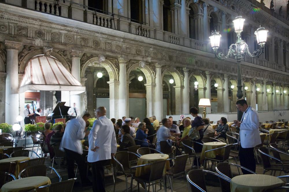 An inefficient meal in Venice. Photo:Jorge Royan /   http://www.royan.com.ar