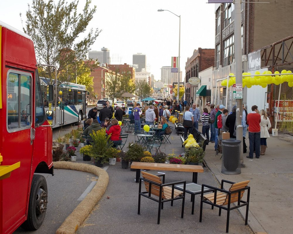 In a sidewalk widening for Better Block, Kansas City, the sidewalk space was doubled by consuming automobile lanes on a downtown street. The lounge space is in the former roadway, while the egress space remains on the dedicated sidewalk. (Photo by Mike Sinclair)