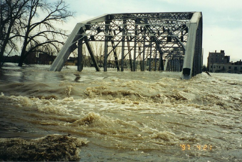 The Sorlie Bridge between Grand Forks, North Dakota, and East Grand Forks, Minnesota, during the 1997 Red River flood. (Source:  Wikimedia )