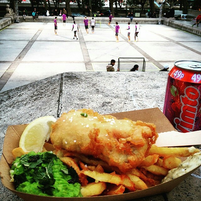 "Fish and Chips everywhere !  Ce midi le #Foodtruck sera Rue Sainte Cécile #Paris9 !  #tbt  #regram @jay_mcfly75 ""Après l'effort, le réconfort ! (Le mec est au régime...) #fishnchips #thesunkenchip #streetfood #streetfoot #NikeFootballX #NikeFootball #MagistaX #Magista #Soccer #Tiempo #Mercurial #Football #UrbanFoot #Superfly #riskeverything #footballboots #Futbol #Blogger #NikeFC #Futsal #JustDoIt #PalaisDeTokyo @leballonfc #leballonfc"""