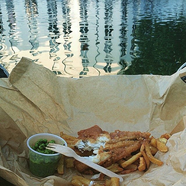 "#regram @fabermon ""#mangerbienlemercredisoir #FishAndChips #TheSunkenChip"""