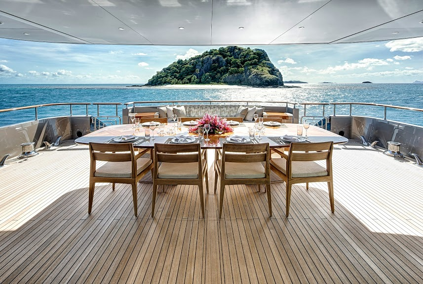 alloy-yachts-cosegna-il-nuovo-superyacht-ay43-loretta-anne-ay43-aft-deck-dining-1.jpg