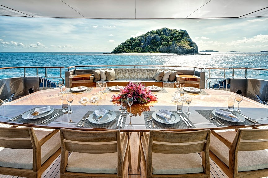 alloy-yachts-cosegna-il-nuovo-superyacht-ay43-loretta-anne-ay43-aft-deck-dining-2.jpg