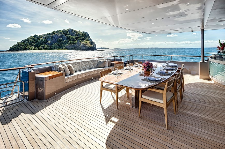 alloy-yachts-cosegna-il-nuovo-superyacht-ay43-loretta-anne-ay43-aft-deck-dining-4.jpg