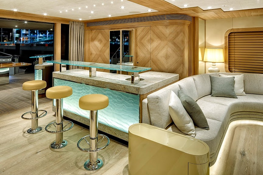 alloy-yachts-cosegna-il-nuovo-superyacht-ay43-loretta-anne-ay43-bar.jpg