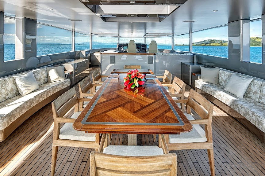 alloy-yachts-cosegna-il-nuovo-superyacht-ay43-loretta-anne-ay43-flybridge-dining-1.jpg