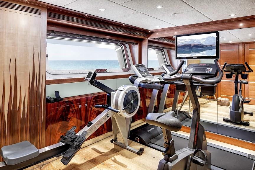 alloy-yachts-cosegna-il-nuovo-superyacht-ay43-loretta-anne-ay43-gym.jpg