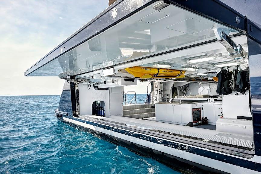 alloy-yachts-cosegna-il-nuovo-superyacht-ay43-loretta-anne-ay43-side-door-2.jpg