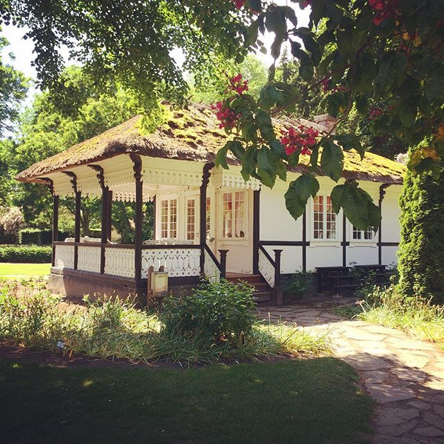 Lidt misundelig på baronesse Julies legehus 🌸👑🏡 #lifestylesoftherichandthefamous #mitgavnø #grundlovsdag #familieudflugt