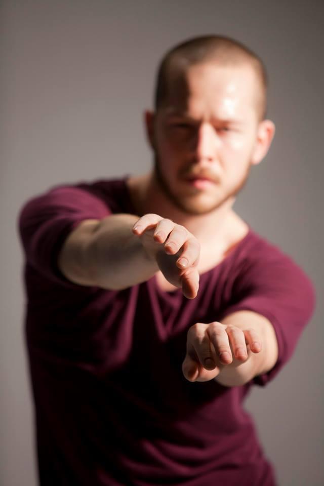Jakub Mędrzycki - TANIEC WSPÓŁCZESNYJakub Mędrzycki - od 11 roku życia związany z zespołem tańca współczesnego Caro Dance Theater - Teatr Tańca Caro. W roku 2015 ukończył studia na prestiżowym Uniwersytecie Artystycznym Codartsw Rotterdamie na kierunku taniec współczesny. Od stycznia 2016 roku Kuba mieszka w Szwecji i jest członkiem szwedzkiego teatru tańca Norrdans.