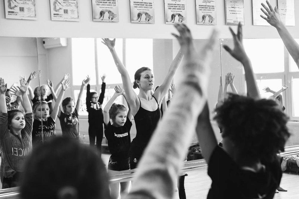 Aleksandra Dusza - TANIEC KLASYCZNY, MODERN JAZZOd 2015 roku studiuje na kierunku taniec w kulturze fizycznej na Akademii Wychowania Fizycznego w Poznaniu. Tancerka grupy repertuarowej i instruktor tańca Pracowni Tańca Pryzmat.Taniec od najmłodszych lat jest niezwykle ważną częścią jej życia. Swoją przygodę taneczną rozpoczęła w wieku 6 lat rozpoczynając od Centrum Tańca Wasilewski-Felska, po czym w Szkole Mistrzów tańca Pavlovic poznając nowe style takie jak: jazz i modern jazz, które stały się dla niej bardzo bliskie. Od 2009 roku tancerka Pracowni Tańca Współczesnego Pryzmat. Bierze udział w wielu spektaklach oraz projektach. Uczęszcza na liczne warsztaty taneczne, dzięki którym nabywa doświadczeniem.in. w 2015 roku brała udział w DARC 39 Stage International Chateauroux we Francji.
