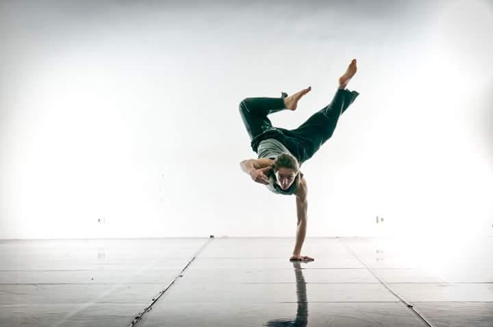 """Gieorgij Grzegorz Puchalski - Pochodzi z Gruzji, obecnie mieszka w Rotterdamie. Studiował """"Dance Research"""" na prestiżowej uczelni P.A.R.T.S w Brukseli i """"Bodywork"""" na Codartsw Rotterdamie. Tancerz europejskich oper takich jak: Deutsche Oper Berlin, Opernhaus Zurich,De Nationale Opera - Dutch National Opera, a także w teatrach takich jak:Theater Bielefeld,T.r.a.s.h. dance/performance group.Tak o swoim warsztacie pisze Greg: muzykalność, zmiany dynamiki, kreatywność i bycie w momentum cechują dobrego tancerza. Poruszamy się efektywnie, uczymy się analizować możliwości, jakie oferuje nam czas i przestrzeń. Na tych zajęciach momentum, grawitacja i oddech są przewodnikiem i pomogą nam podczas zabawy z nasza fizycznością. Korzystając z rożnych technik floorworku, skoków, kontroli wysokości, kierunków, elementów akrobatycznych, relise i kontrakcji uczymy się cieszyć się energią i komunikować ruchem. Pracujemy nad narzędziami do improwizacji jak również nad choreografią. Otwieramy umysł na ekspresyjny, efektywny i odważny ruch.W tym fizycznym świecie rozwijamy umiejętności poznawania siebie samego, a poruszając się poznajemy nowe sposoby pracy z otoczeniem. W naszym dynamicznym świecie, wszystko jest narzędziem, gdy patrzymy poza kształty tego, co jest dobre lub złe. Podczas warsztatów poznamy również elementy tańca gruzińskiego."""