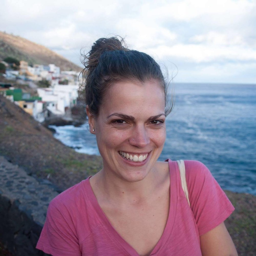 Paula Garcia Ascanio - Paulowicz García Ascanio, urodzona na Teneryfie, podczas projektu zabierze nas w podróż po zakamarkach Hiszpanii, aby razem odkrywać ciekawostki związane z jej krajem i jego mieszkańcami. Umieścimy Hiszpanię na mapie i poznamy słynnych Hiszpanów, tradycyjne potrawy, dziwne zwyczaje i ciekawe wynalazki.