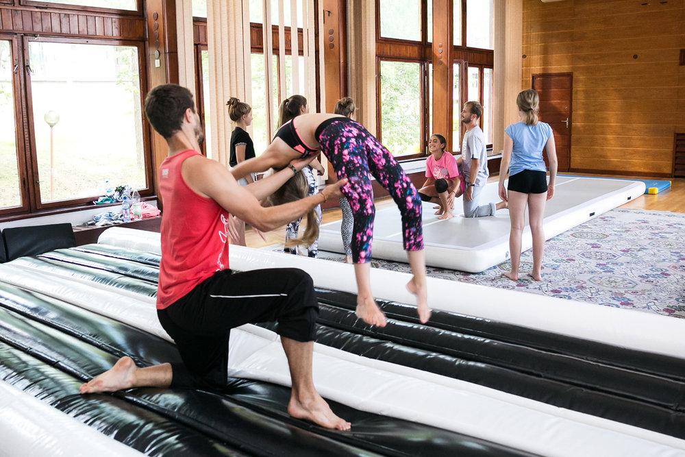 """KAWASHI - Kawashi specjalizującą się w propagowaniu tzw. Extremalnych Sztuk Walki, nowe sporty do których zaliczamy min. Martial Arts Tricking oraz Sportowe Karate/Kickboxing (konkurencje bezkontaktowe tj. Formy Przy Muzyce) . Podczas warsztatów instruktorzy Kawashi poprowadzą warsztaty z TRICKINGU.TRICKING jest młodym, niesformalizowanym sportem powstałym na bazie sztuk walk oraz akrobatyki/gimnastyki, lecz wyraża się w wykonywaniu przez ćwiczących (trickerów) kopnięć, salt, śrub oraz innych tricków w """"luźnych"""" i spontanicznych połączeniach. Zadaniem trickera jest wykonywa- nie pojedynczych tricków lub ich połączeń, tzw. kombinacji tricków w sposób kreatywny i widowiskowy. To czyni z tego sportu ekstremalną, nie- przewidywalną i ciągle rozwijającą się dyscyplinę. Tworzą ją i rozwijają sami ćwiczący co powoduje, iż nie da się jej sformalizować i ująć w pewne ramy. W sporcie tym nie ma ograniczeń i każdy tricker poprzez kombinacje i sposób wykonywania danych elementów tworzy swój własny, indywidualny styl """"trickowania"""".Tricking coraz częściej znajduje zastosowanie m.in. w tańcu. Widowiskowe elementy podwyższają poziom układów czy spektakli i w do- datku wnoszą coś świeżego i nietypowego.www.kaswashi.pl"""