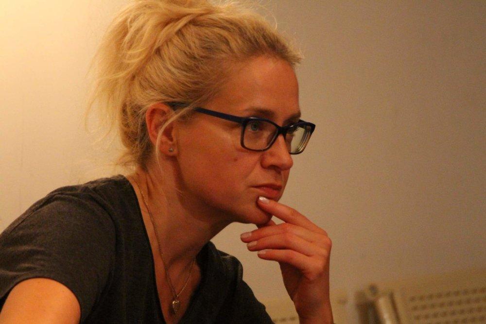 """Barbara Święcicka - Basia to ktoś, kto kocha sztukę teatralną i filmową, ale też obserwację i wspieranie młodych ludzi, którzy pragną rozwijać swoje zainteresowania aktorstwem i kreacją na scenie. Jest pedagogiem teatralnym (dyplom Instytutu Teatralnego im. Raszewskiego w Warszawie), reżyserem i animatorem kultury (Studium Teatralne przy Teatrze im. Jaracza w Olsztynie), poza tym jest polonistką i na co dzień pracuje w II LO im. Gałczyńskiego w Olsztynie. Jest pomysłodawczynią, założycielką i reżyserem Teatru Nieskromnego, który od 20 lat odnosi sukcesy w skali kraju, a także od 5 lat angażuje się w międzynarodowy projekt pedagogów teatru InterTWINed w Niemczech i Anglii . W 2015 roku na wniosek Towarzystwa Kultury Teatralnej Minister Kultury i Dziedzictwa Narodowego przyznała Barbarze Święcickiej Odznakę Honorową """"Zasłużony dla Kultury Polskiej"""". W tym też roku pokazywaliśmy """"Surykatę"""" na Młodzieżowym Festiwalu InterTWINed w Oberhausen. W 2014 roku Barbara Święcicka oraz jej grupa teatralna zdobyli """"Talent roku 2014"""" Fundacji Środowisk Twórczych Olsztyna. W 2013 roku teatr pod opieką pani Święcickiej zdobył główną nagrodę w I Internetowym Przeglądzie Zespołów Teatralnych organizowanym przez TVP w Warszawie oraz Narodowy Instytut Audiowizualny. Jednocześnie Barbara Święcicka otrzymała indywidualną nagrodę specjalną za scenariusz do spektaklu """"Zęby"""". Emisje spektaklu odbywały się w TVP Regionalnej oraz paśmie ogólnopolskim. W tym samym roku odbyła się premiera polsko-niemieckiej wersji """"Chasing Rapunzel"""" wraz z młodzieżą Alternative Drama Highlights z Gelsenkirchen w czasie Gelsenkirchener Schultheatertage w Consol Theater. W 2012 roku grupa teatralna reprezentowała Olsztyn w II Międzynarodowym Festiwalu InterTWINed w Newcastle w Anglii oraz przedstawiła w Teatrze Lalek w Olsztynie polsko-niemiecki spektakl: """"W pogoni za…"""" z okazji oficjalnych uroczystych obchodów 20-lecia kontaktów partnerskich Olsztyn – Gelsenkirchen. W 2011 roku Teatr Nieskromny otrzymał nagrodę G"""