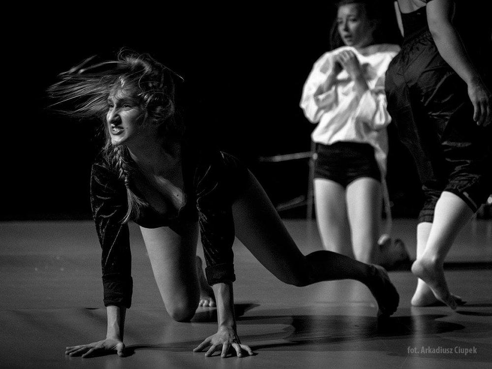 Joanna Woźna - Była tancerka grupy repertuarowej i instruktor Pracowni Tańca Pryzmat w Olsztynie. W 2015 r. przebywała wraz z zespołem na dwutygodniowej rezydencji artystycznej w Izraelu, w następnym roku wraz z AnnąPiotrowskąna Sycyli . W 2016 r. brała udziałw międzynarodowym festiwalu we Francji Stage Festival International DARC. W 2017 r. wraz z zespołem Pryzmat brała udziałw festiwalu Altofest w Neapolu. Razem z PRYZMATem brała czynny udział w życiu kulturalnym regionu oraz realizowała wiele projektów nawiązując współpracę z instytucjami tj. Olsztyńskim Planetarium (