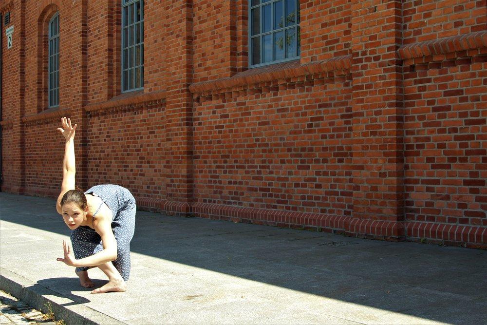 """Patrycja Grzywińska - Patrycja Grzywińska - Swoje pierwsze taneczne kroki stawiała w Zespole Pieśni i Tańca Warmia, mając 4 lata. Kolejne lata spędziła na poznawaniu innych stylów, jednak taniec współczesny okazał się jej najbliższy. W latach 2011-2016 związana była z Pracownią Tańca Współczesnego Pryzmat w Olsztynie. Brała udział w wielu warsztatach w Polsce jaki i za granicą, które pozwalały jej poszerzyć swoje umiejętności. Od 2016 roku jest studentką Akademii Teatralnej w Warszawie na kierunku aktorstwo teatru muzycznego. Od kwietnia 2017 roku można ją zobaczyć na scenie Teatru Collegium Nobilium w spektaklu """"WITZELSUCHT"""" w reżyserii i choreografii Liwii Bargieł."""