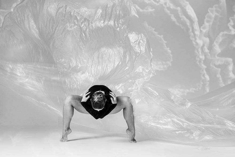 """Monika Parafiniuk - Absolwentka choreografii i technik tańca na Akademii Muzycznej w Łodzi oraz pedagogiki i animacji kulturalnej na Uniwersytecie Warmińsko- Mazurskim w Olsztynie. W życiu realizuje się jako instruktor tańca, tancerka oraz animator. Swoją taneczną przygodę rozpoczęła jako dziecko od disco dance. Od 2009 do 2016 roku była tancerką Pracowni Tańca Pryzmat w Olsztynie, z którą realizowała wiele projektów tanecznych w kraju oraz za granicą. Od 2016 do 2017 związana była z Teatrem Tańca V6 oraz KIJO w Łodzi. Bierze udział w licznych warsztatach tanecznych, dzięki którym może rozwijać swoje pasje oraz nabywać doświadczenie. W 2014 roku wraz z zespołem PRYZMAT miała okazję przebywać na rezydencji artystycznej w Barcelonie, w 2017 w Izraelu, w 2016 współpracowała z Anną Piotrowską na Sycylii. Brała udział w licznych spektaklach realizowanych m.in. w Filharmonii Warmińsko-Mazurskiej, Olsztyńskim Planetarium jak również Teatrze im. Stefana Jaracza.W 2013 roku brała udział w DARC 37 Stage International Chateauroux we Francji.2012 r. nagroda indywidualna za dojrzałość sceniczną za spektakl """"open/close"""" - XII Konfrontacje Taneczne w Bydgoszczy2015 r. stypendium artystyczne Prezydenta Miasta Olsztyna.2018 r. nagroda indywidualna - IV Konkurs Teatrów Tańca w Kielcach"""