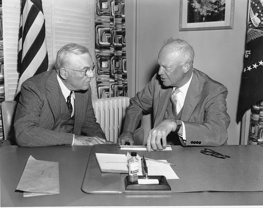 El Presidente de Estados Unidos Dwight D. Eisenhower, con su secretario de Estado John Foster Dulles. Dulles quien fue al mismo tiempo Consejero Administrativo de la United Fruit Company. Esta compañía había establecido un amplio control de las tierras de Guatemala durante la época del dictador militar Jorge Ubico Castañeda. /  US President Dwight D. Eisenhower, with his Secretary of State John Foster Dulles.  Dulles was at the same time on the Board of Directors of the United Fruit Company, which had had established extensive control of Guatemalan land during the era of the military dictator Jorge Ubico Castañeda. (1954)