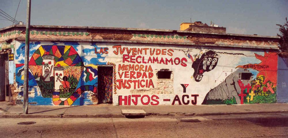 """""""Nosotros, los jóvenes recuperamos la memoria, la verdad y la justicia."""" - Mural en la Ciudad de Guatemala por HIJOS. Foto:James Rodríguez. """"We the youth are reclaiming memory, truth and justice."""" – Mural in Guatemala City by HIJOS. Photo by James Rodríguez)"""