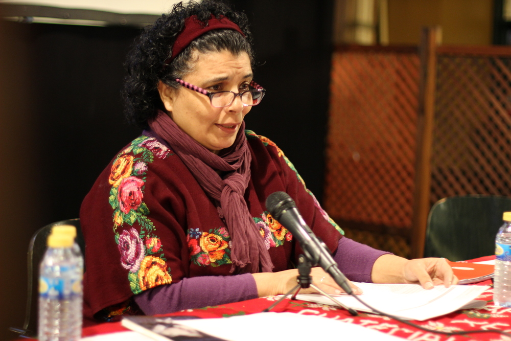 Lucía Pinto leyendo una selección de poemas de mujeres guatemaltecas y la suya propia. Lucía Pinto reading a selection of poems written by Guatemalan women, including some of her own work.
