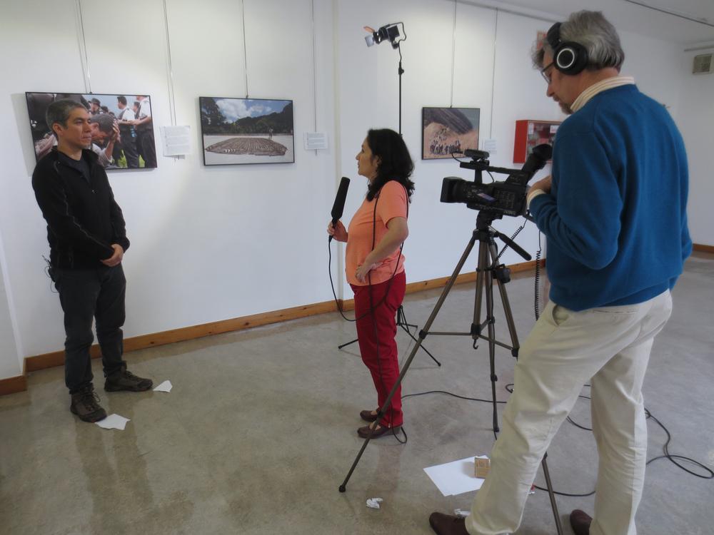Armadillo Producciones entrevistando a James Rodríguez en ocasión de su exhibición fotográfica 'La nueva era maya'. Armadillo Productions interviewing James Rodriguez before his exhibition 'The New Mayan Era'.