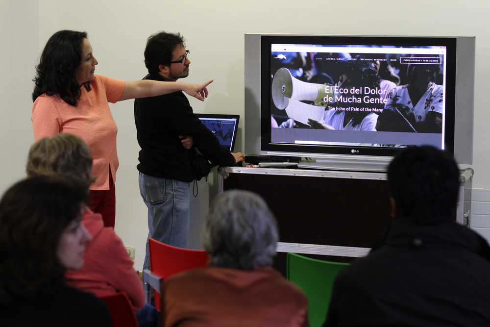 Christian Rodríguez y Ana Lucía Cuevas presentado el nuevo sitio web de El Eco del Dolor de Mucha Gente en el Centro Cultural de Cruces. Christian Rodríguez and Ana Lucía Cuevas presenting the new website of The Echo of Pain of the Many at the Cultural Centre in Cruces.