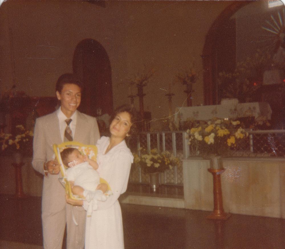Maynor Godoy, (hermano de Rosario), Augusto Rafael y yoen el bautizo de Augusto.  Guatemala. Maynor Godoy, (Rosario's brother), Augusto Rafael and meduring the christening of Augusto. Guatemala.