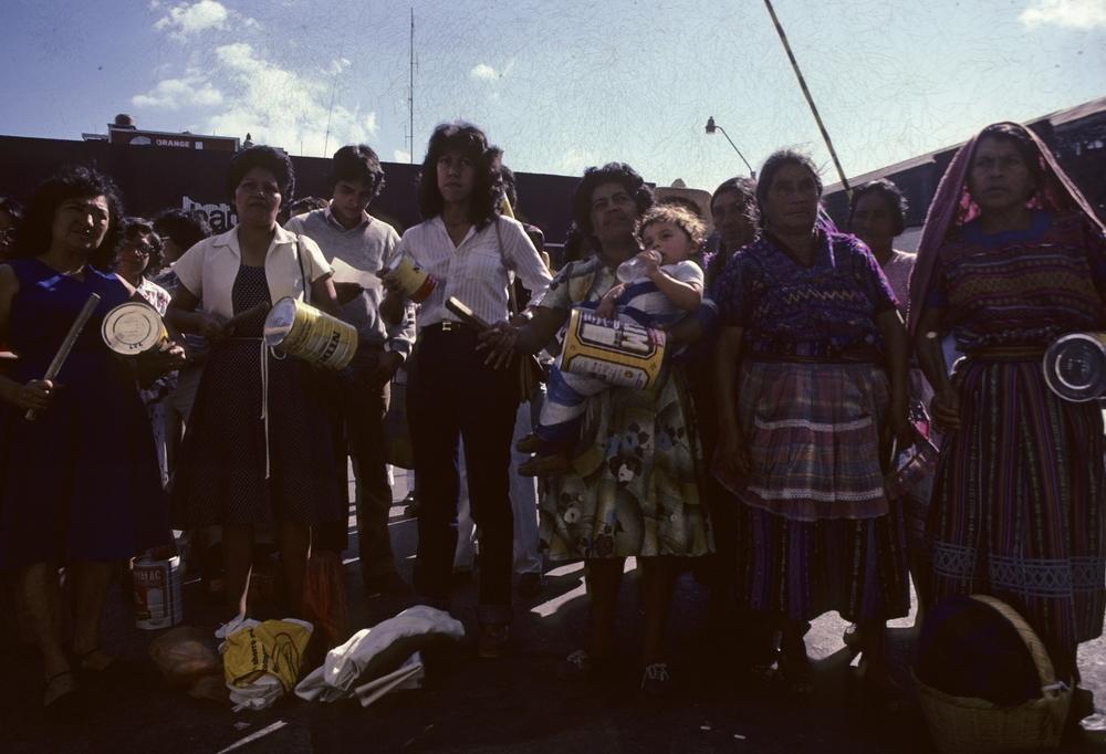 El Grupo de Apoyo Mutuo en una protesta callejera, Ciudad de Guatemala. Aura Elena Farfán segunda de izquierda a derecha.1985. Foto: Jean-Marie Simon. Mutual Support Group on astreet protest in Guatemala City. Aura Elena Farfán is second from the left. 1985. Photo: Jean-Marie Simon.