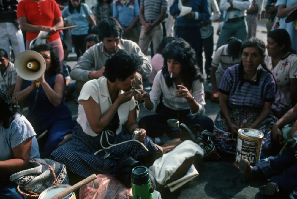 Aura Elena y Rosario en una protesta callejera como GAM. 1984-5. Foto: Jean-Marie Simon. Aura Elena and Rosario in a street protest as GAM. 1984-5. Photo: Jean-Marie Simon.