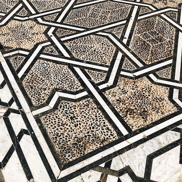 Details patterns- my eyes shift between the two- but the harmony of geometric pebble and marble are a delightful contrast subtle and bold #delight #textures #flooring #mosaicart #creativeprocess #earthtones #traditional #travelplaces #inspires #inalignment  #moorish #geometric #verycool #historical #islamicstyle #harmony #pebble #simplestyle #maroc #subtle #hue #colour #createart #ancienthistory #designmoments #ladiesgoneglobal #thisisafrica #worldview #culture #authentic