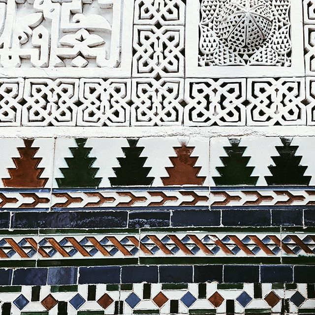 The magic of intricate details contrasts with crisp shiny geometric zilij tiles- icy delicate deep carved plasterwork - it's said the pattern is carved deep as craftsmen are paid by the weight of plaster dust removed! It certainly works #symmetry_art #patterns #delight #dailygrace #lifewelltravelled #ladiesgoneglobal #lifeunscripted #inspirationalmoments #cooler #mosaicart #elegantdesign #decore #maghrib #northafrica #moorish  #arabesque #stucco #carved  #handmade #designideas #artporn #islamicstyle #aesthetically #precision #medina #manmade #decorative #theartofslowliving #makemoments #postitfortheaestheyic
