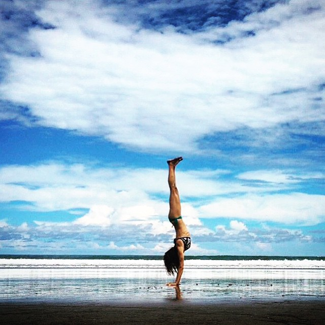 Featuring our lovely co-ambassador @costarima on the beaches of Costa Rica. You could satisfy your wanderlust and join her in this breathtaking location for a yoga retreat! Always inspiring, Rima! 🙏 #yoga #travelingyogis #outdooryoga #outdoorwomen #inversions #invertyoself #yogaretreat #beachyoga #costarica #circomnavigate