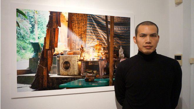 李岳凌與他的作品「問自廟」在薩里大學攝影展上