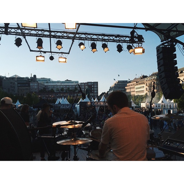 Nu följer alldeles strax 40min av musik från @linneasodahl och @violetdaysofficial när 100 SONGS presenterar 100 LIVE på Smaka på Stockholm! Spring hit!!💃
